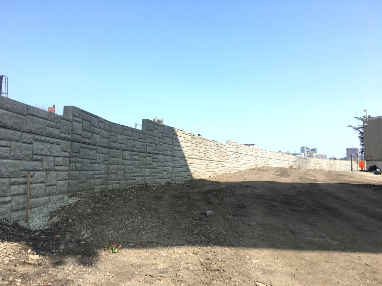 New test track in South Boston: Installation of a retaining wall (September 2018).